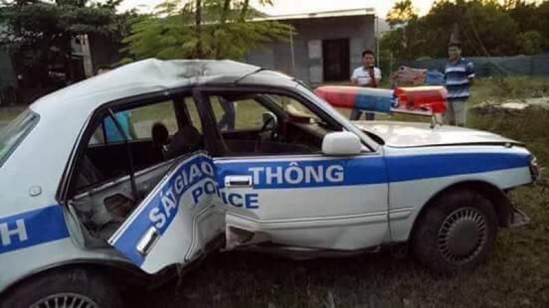 Xe cảnh sát gặp nạn khi truy đuổi tội phạm, 2 chiến sĩ bị thương