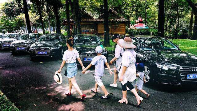 Du khách thích thú ngắm dàn xe phục vụ APEC 2017