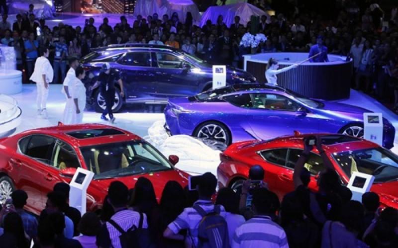 """Bất chấp """"bão"""" giá, sức mua ôtô bất ngờ giảm mạnh"""