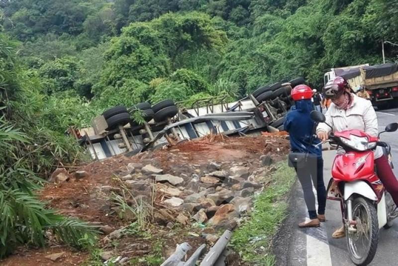 Ôtô mất phanh trên đèo Bảo Lộc lao vào xe khách đi cùng chiều