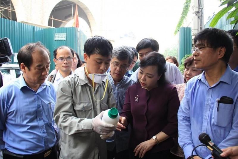 Bộ trưởng Bộ Y tế thị sát, 'bắt tận tay' nhiều ổ loăng quăng