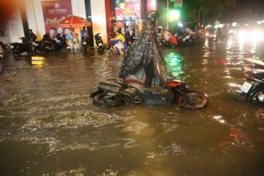 Mưa như trút, Sài Gòn thành 'biển nước' mênh mông, ngập chưa từng thấy!
