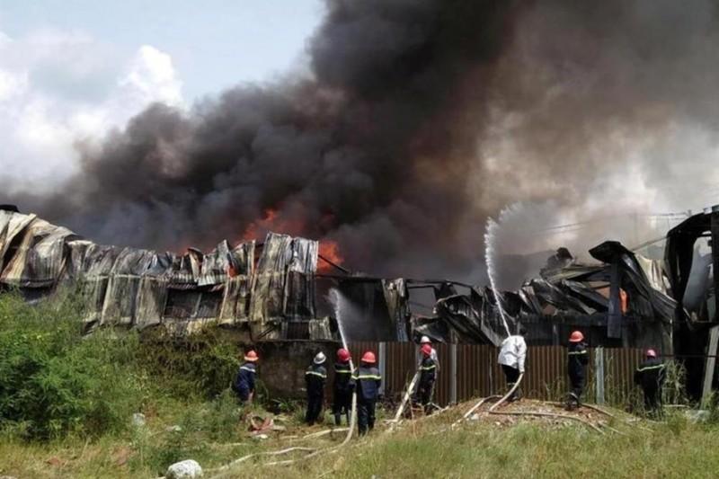 TPHCM: Sập nhà kho đang cháy, 3 chiến sĩ thương vong