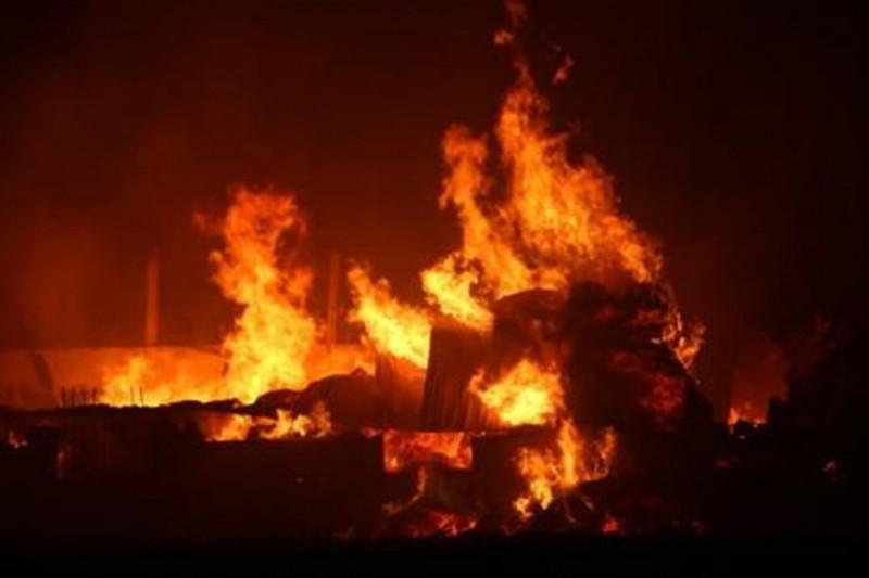 Cháy lớn ở Thanh Hoá, xưởng vải thành tro