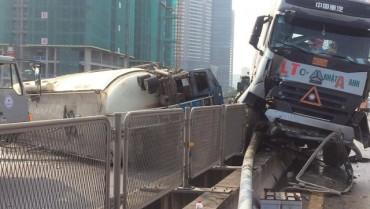 Hà Nội: Đâm đuôi xe tải, xe bồn lật nghiêng trên đường vành đai 3