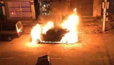 Xe sang Mercedes cháy rụi trong đêm, nghi bị đốt