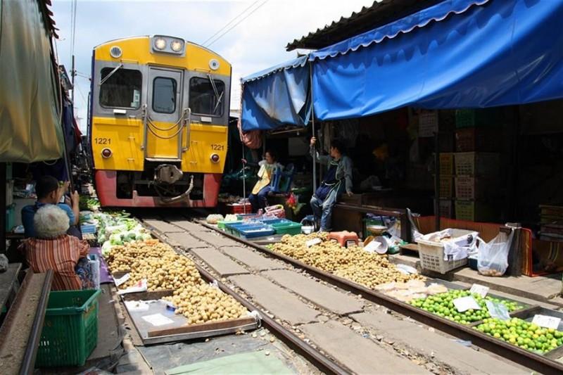 Đi tàu hỏa Mahachai xuyên ngang khu chợ đông đúc
