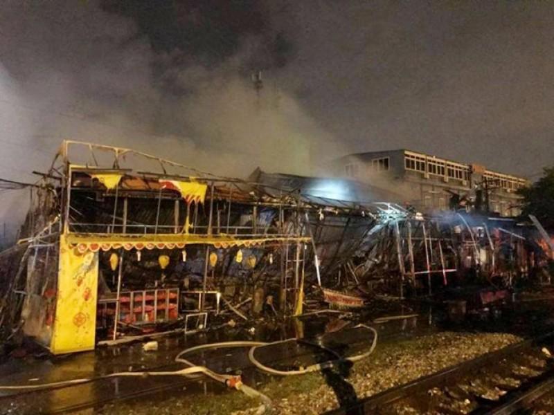 Hà Nội: Lửa bao trùm siêu thị trên đường Giải Phóng trong đêm mưa