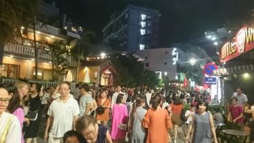 Phố đi bộ chính thức hoạt động, đông nghịt khách tham quan ở Huế