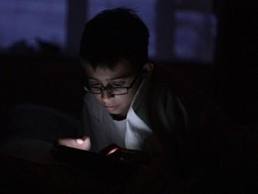 Trẻ em đang nghiện điện thoại mà không có sự quản lý của bố mẹ