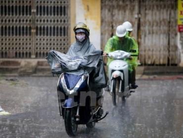 Biển Đông có gió giật cấp 8, mưa tiếp diễn ở cả ba miền