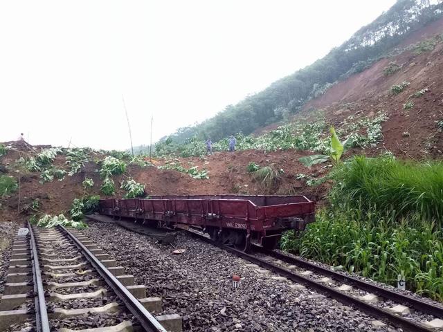 Sạt lở đất vùi lấp 7 toa tàu, giao thông tê liệt