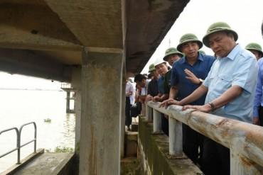Hủy mọi cuộc họp, Thủ tướng đi thị sát, chỉ đạo hộ đê tại Ninh Bình