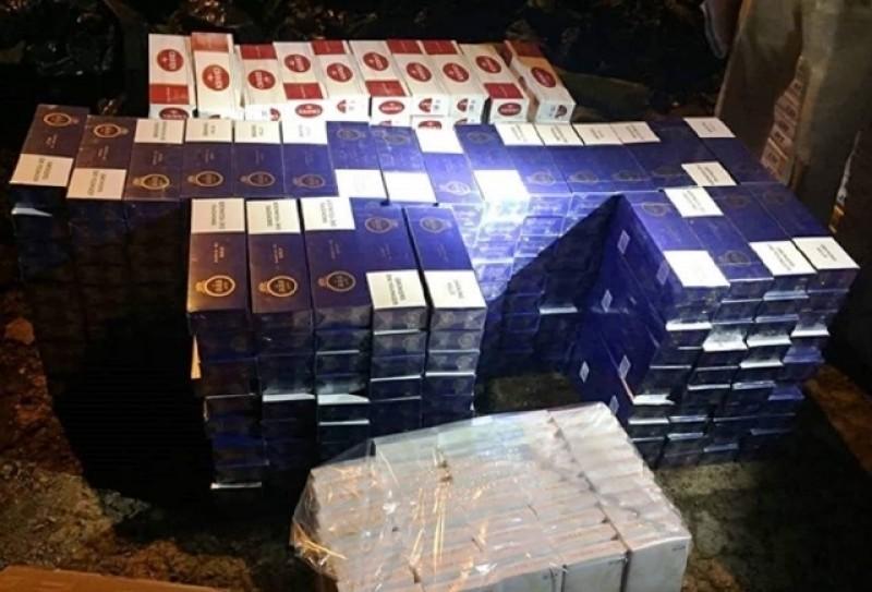 Bắt xe ô tô biển số giả chở gần 15.000 gói thuốc lá lậu