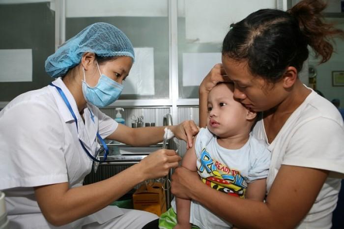 Nghiêm cấm tiêm vắc-xin cho trẻ tại nhà