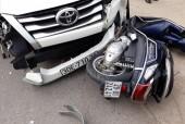Hà Nội: Va chạm với xe tải, ôtô Fortuner nổ lốp đâm liên hoàn