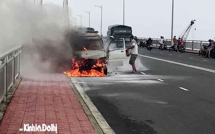 Xe ôtô đột nhiên bốc cháy trên cầu Thuận Phước