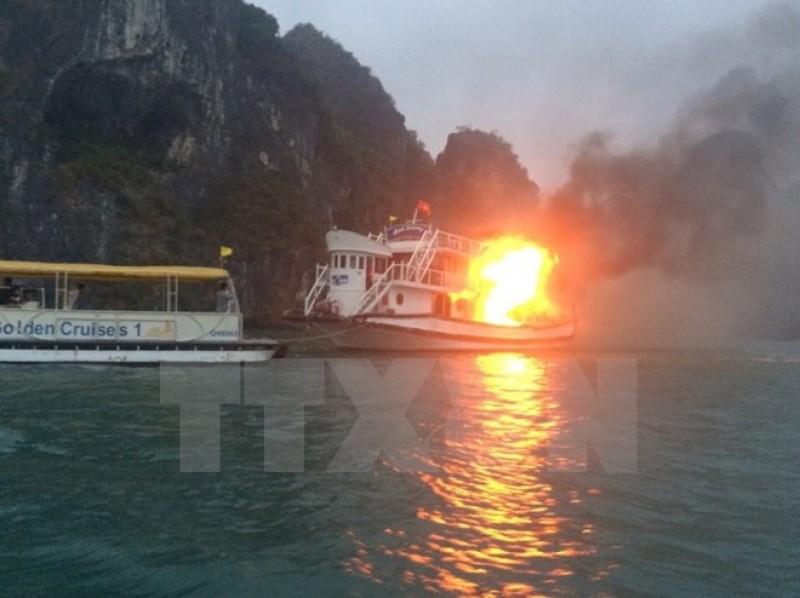 Tàu lai dắt cháy lớn sau khi phát nổ, 4 thuyền viên bị bỏng nặng
