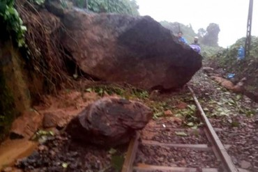 Đường sắt Bắc Nam ách tắc vì khối đá nặng khoảng 10 tấn