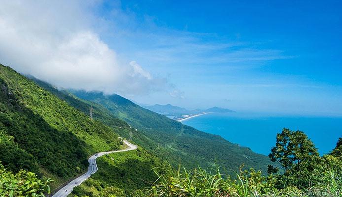 Đèo Hải Vân và 14 cung đường đẹp nhất ở Châu Á nhất định phải trải nghiệm