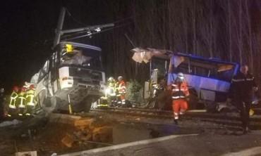 Pháp: Tàu hỏa cắt đôi xe buýt, 24 học sinh thương vong