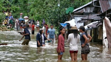 Philippines sơ tán hàng chục nghìn người dân do bão