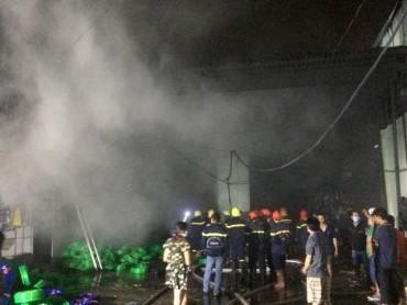 Hơn 200 cảnh sát trắng đêm vật lộn với đám cháy kinh hoàng