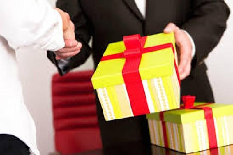 Ba đường dây nóng tiếp nhận tố cáo tặng quà Tết trái quy định