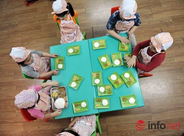 Ngộ nghĩnh trẻ em nặn bánh trôi trong Tết Hàn thực