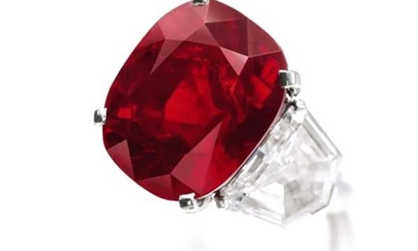 Bán đấu giá viên ruby hồng ngọc đắt nhất thế giới
