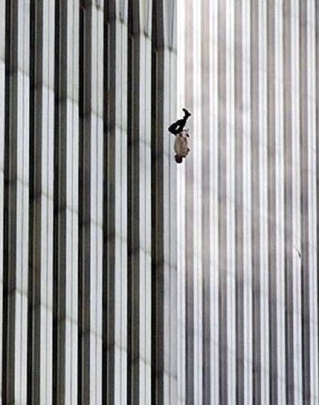 """Bức """"Người đàn ông rơi"""" của nhiếp ảnhgia Richard Drew chụp năm 2001"""
