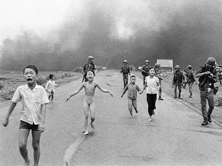 """Bức """"Em bé napan"""" của nhiếp ảnh giaNick Út chụp năm 1972"""