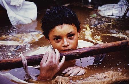 Bức ảnh chụp cô bé Omayra Sanchez hồinăm 1985 được thực hiện bởi nhiếp ảnh gia Frank Fournier