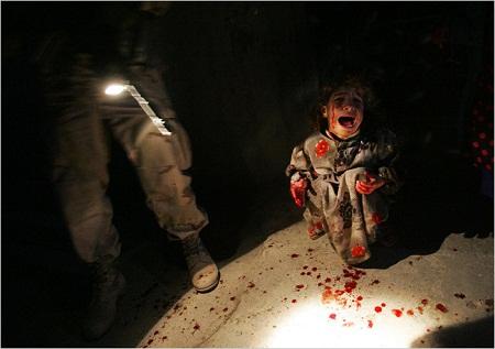 """Bức """"Cô bé Samar Hassan"""" thực hiệnnăm 2005 bởi nhiếp ảnh gia Chris Hondros"""
