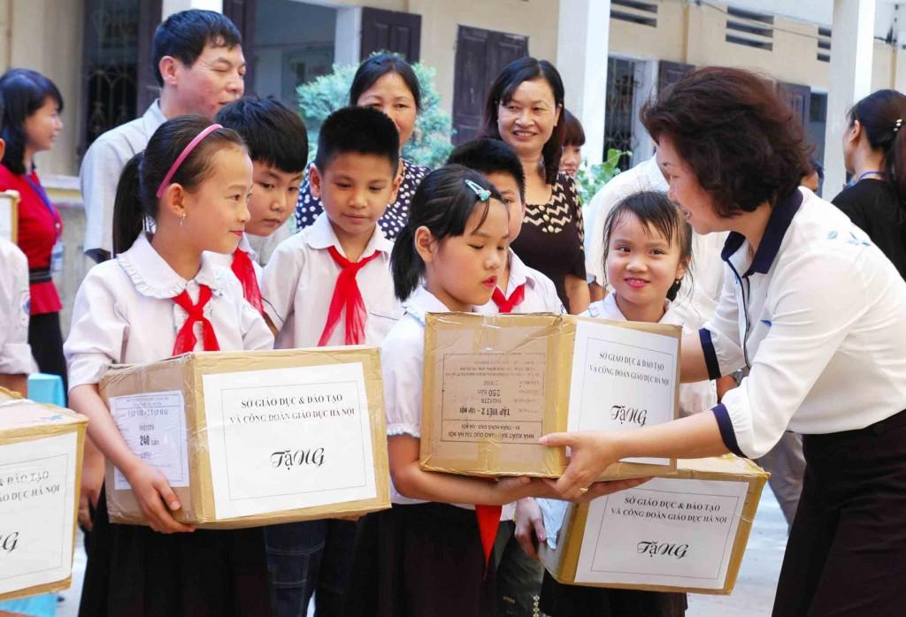 Tặng sách giáo khoa cho 16 trường khó khăn