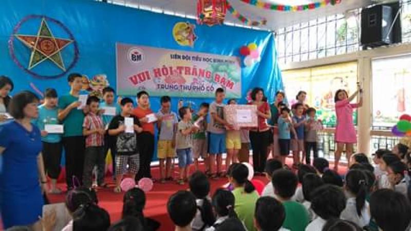 Tặng quà và học bổng cho học sinh khuyết tật