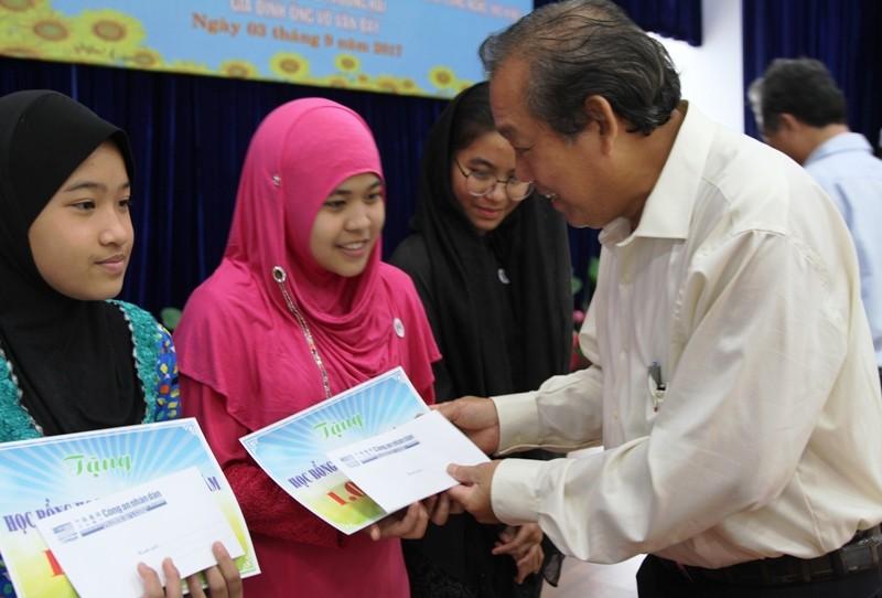 Phó Thủ tướng trao 200 suất học bổng cho học sinh nghèo