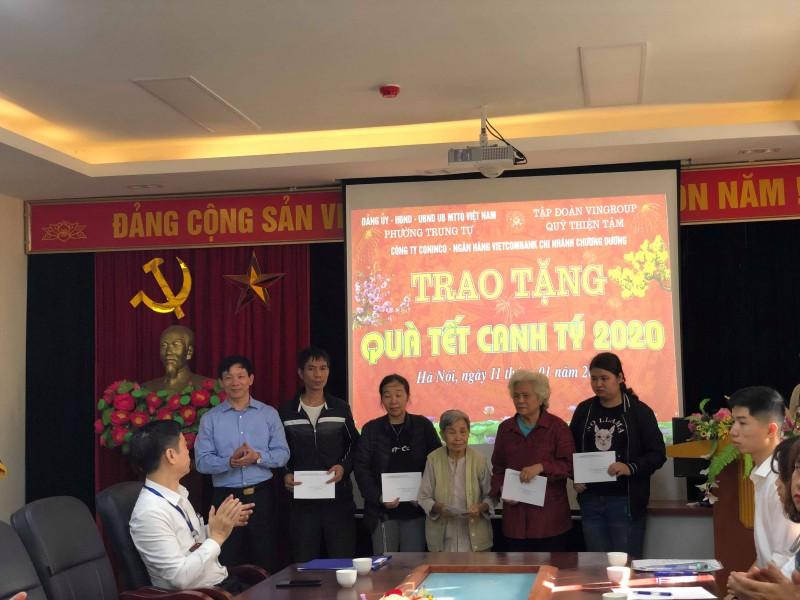 Trao quà Tết cho các hộ nghèo trên địa bàn phường Trung Tự