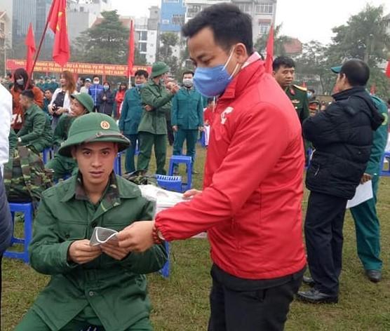 Phát khẩu trang miễn phí tại Lễ giao nhận quân