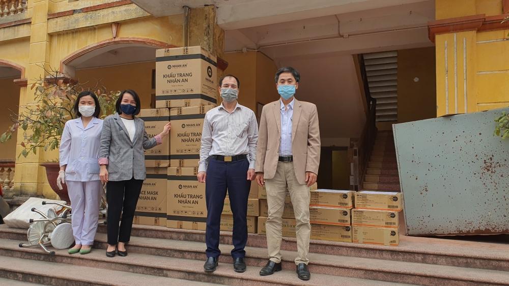 """Báo Lao động Thủ đô đồng hành cùng các đơn vị tặng quà cán bộ y tế tại các """"điểm nóng"""" chống dịch"""