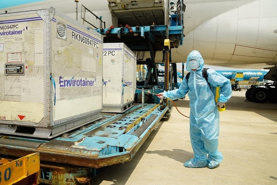 Hơn 117.000 liều vắc xin phòng Covid-19 đầu tiên về đến Việt Nam