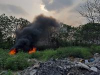 Ngang nhiên đốt rác, vải vụn quanh công viên gây ô nhiễm môi trường
