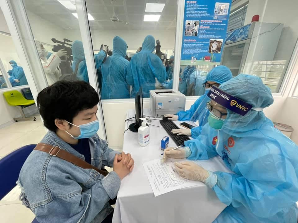 Những mũi tiêm vắc-xin Covid-19 đầu tiên cho tuyến đầu chống dịch