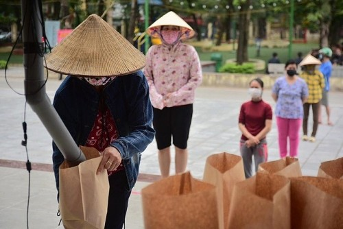 Chen lấn, giành giật quà từ thiện: Đừng để bị lòng tham chi phối