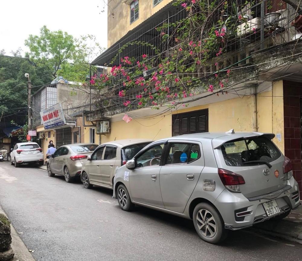 Vẫn tràn lan tình trạng lấn chiếm vỉa hè, lòng đường Hà Nội