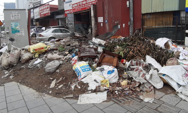 """""""Bãi rác"""" tự phát ngay mặt đường Phạm Văn Đồng"""