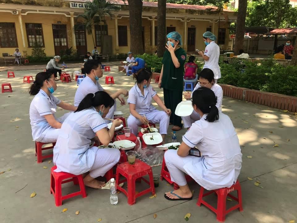 Xúc động hình ảnh nhân viên y tế đổ gục vì kiệt sức trong tâm dịch ở Bắc Ninh