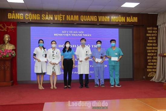 Động viên y, bác sĩ tuyến đầu chống dịch tại Bệnh viện Thanh Nhàn