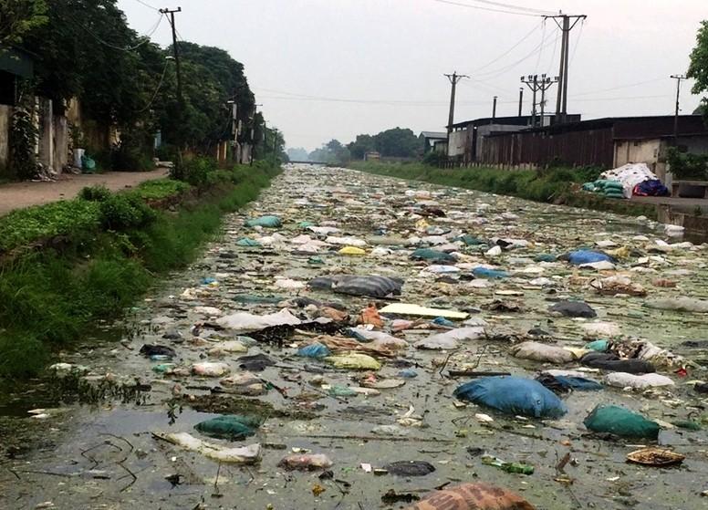 Người dân kêu cứu vì nước kênh ô nhiễm