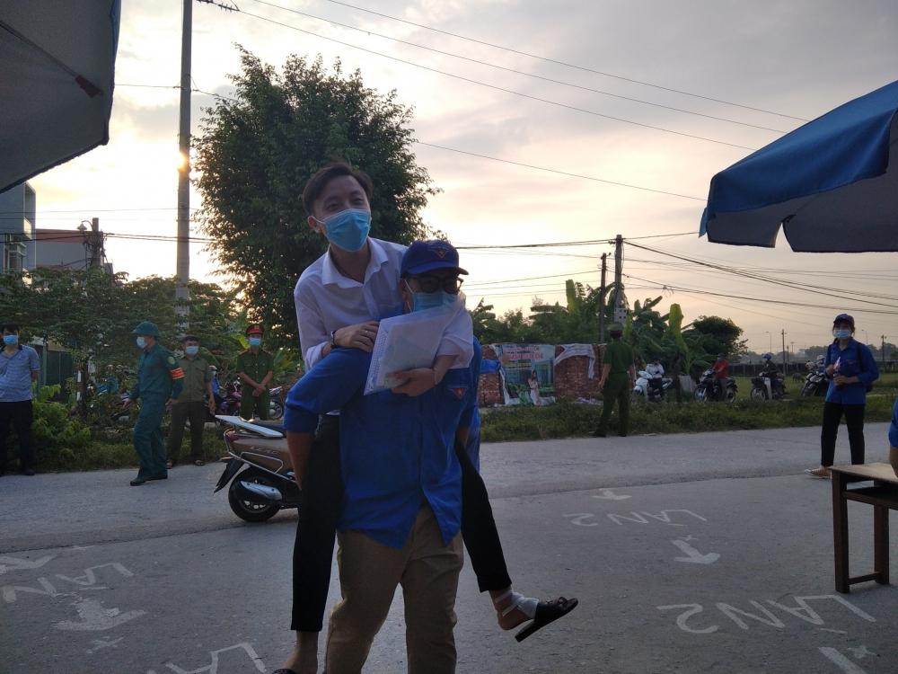 Thanh niên tình nguyện giúp thí sinh vừa thi tốt vừa phòng dịch Covid-19